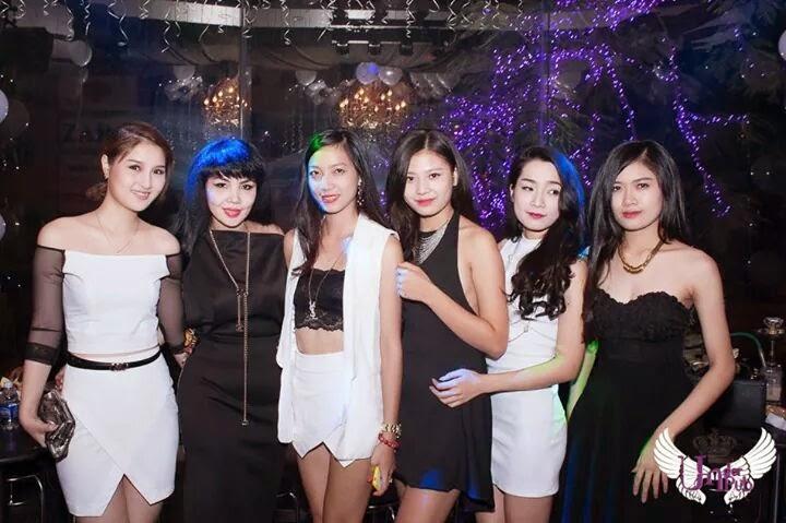party-voi-tong-mau-den-trang-2-thoitrangthuy