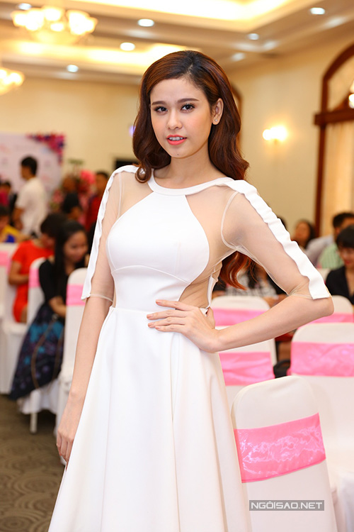 ca-si-truong-quynh-anh-dien-vay-xoe-cut-out-1